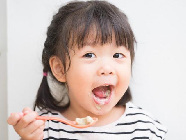 Làm thế nào để trẻ hấp thụ được lợi khuẩn khi ăn sữa chua?