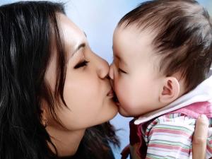 Lý do không nên hôn môi trẻ