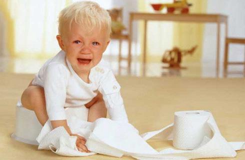 Trẻ sơ sinh bị đi ngoài sủi bọt kéo dài, vì sao?